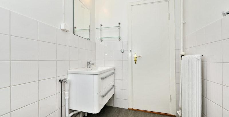 Bad med dusj og vaskemaskin, nyoppusset i 2014