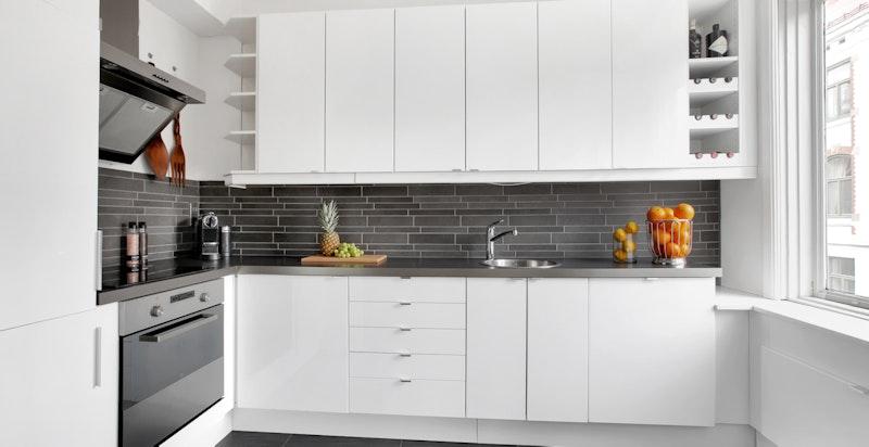 Lekkert kjøkken med integrerte hvitevarer - varmekabler i gulv på kjøkkenet
