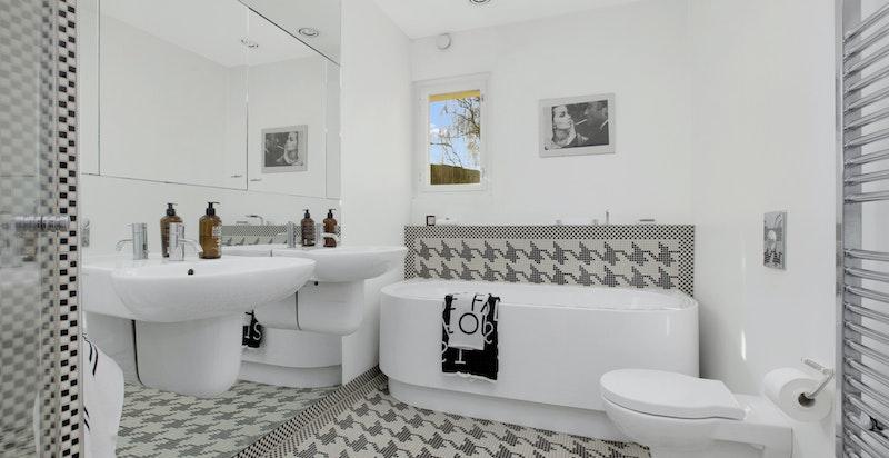 Hovedbad med badekar og innebygde armaturer