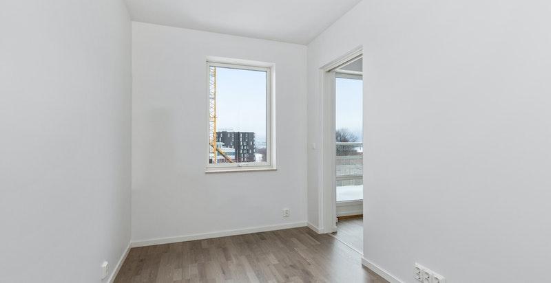 Soverom med stort garderobeskap, bilde fra likt soverom fra lik leilighet i 5 etasje