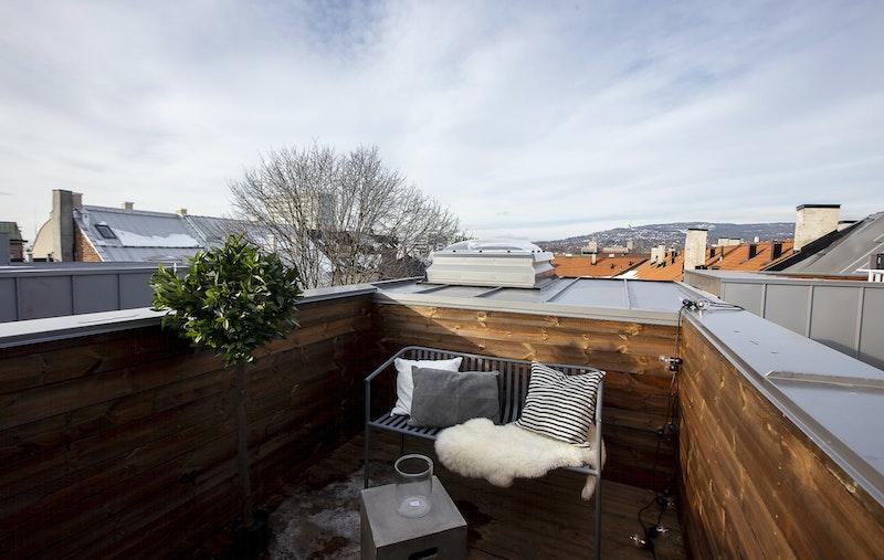Privat takterrasse med utsikt mot Holmenkollen og svært gode solforhold