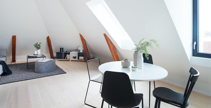 Åpen løsning mellom kjøkken, spisestue og stue