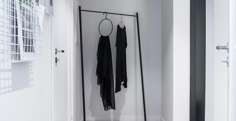 Romslig nisje med plass til garderobeskap