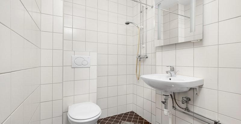 Leiligheten har et moderne og pent flislagt bad med gulvvarme og downlightsbelysing, rehabilitert i regi av borettslaget i 2010.