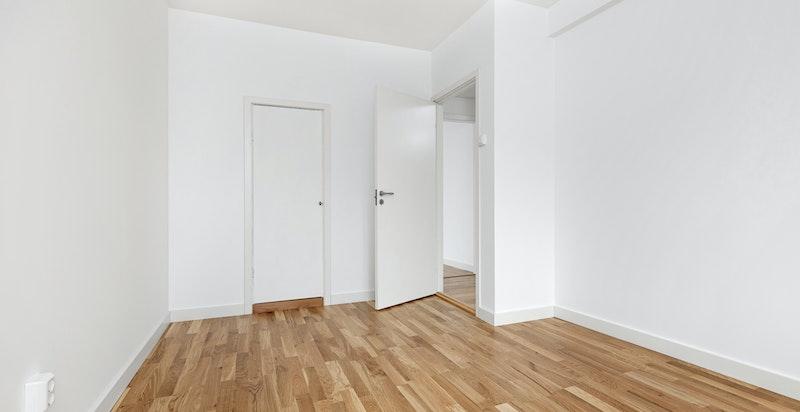 Rommet har plass til dobbeltseng med tilhørende møblement og garderobeløsning.