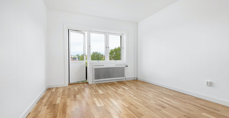 Leiligheten har en fin stue med gode vindusflater som gir naturlig lys til boligen og takhøyde på 2,62 m.