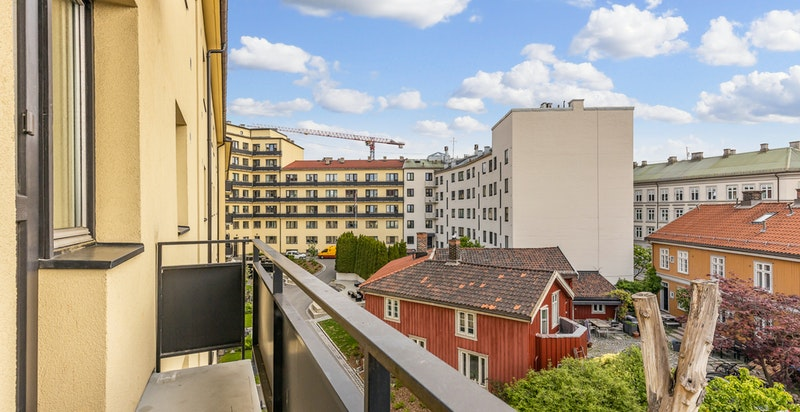 Velkommen til Sandakerveien 10S! Lys og tiltalende 2(3)-roms i 4. etg. med idyllisk beliggenhet - 2 solrike balkonger, bad fra 2010 & gjennomgående.