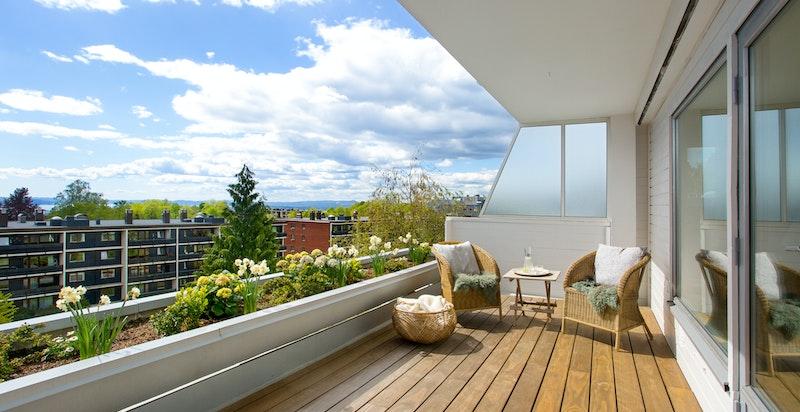 Boligen har en sydvestvendt terrasse med flott utsikt og svært gode solforhold