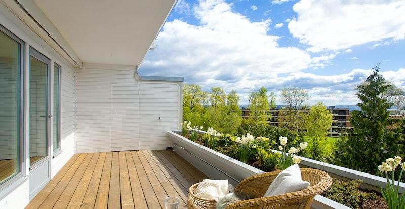 God plass til utegruppe og praktisk lagringsbod i enden av terrassen