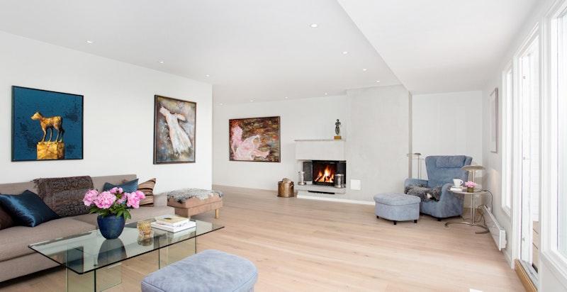 Overflater i boligen er pusset opp i 2018 i moderne og lyse farge- og materialvalg