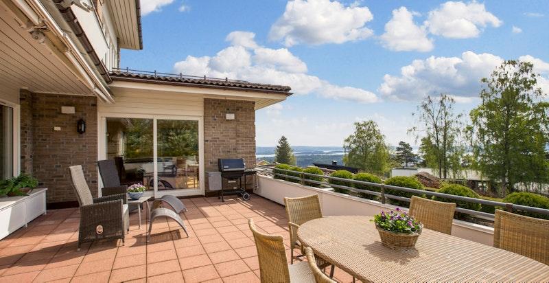 Stor og flott terrasse med utgang fra spisestuen på ca. 35 m²