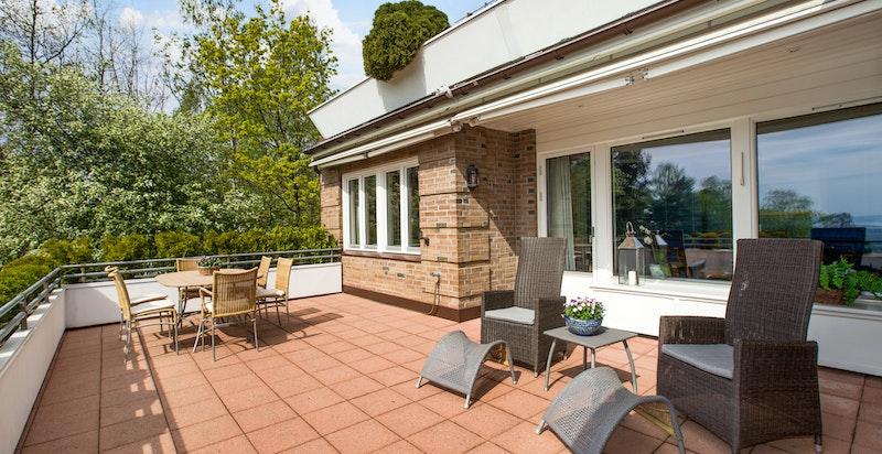 Terrasse med gode møbleringsmuligheter