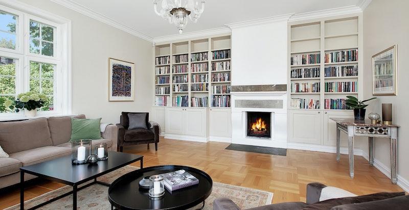 Stue med plassbygget innredning