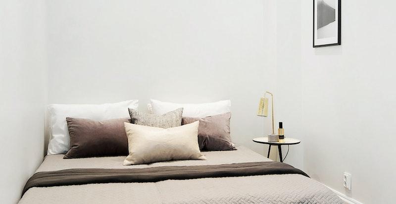 Relativt romslig og hyggelg soverom med god plass til en 150 - 160 cm dobbeltseng.