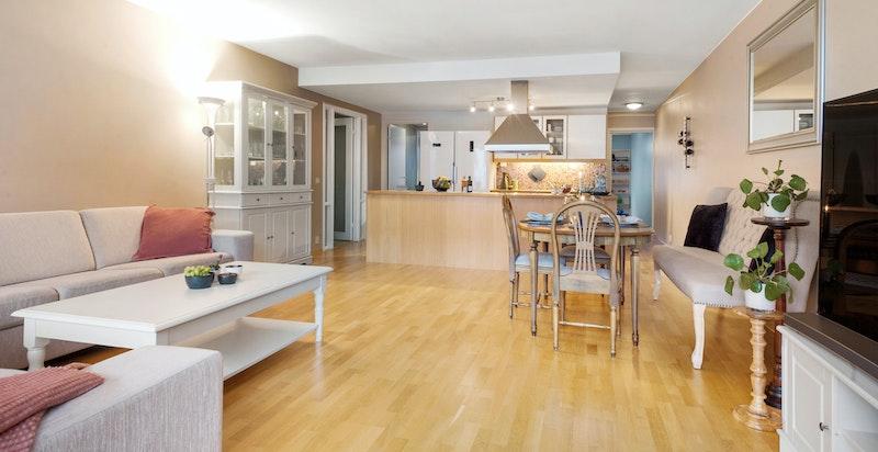 Romslig stue med åpen kjøkkenløsning