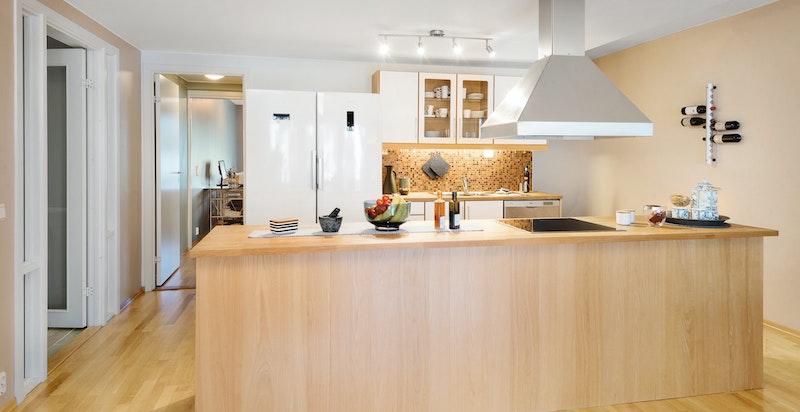 Kjøkkenet ligger sentralt plassert, i bakkant ligger soverommene og badet.