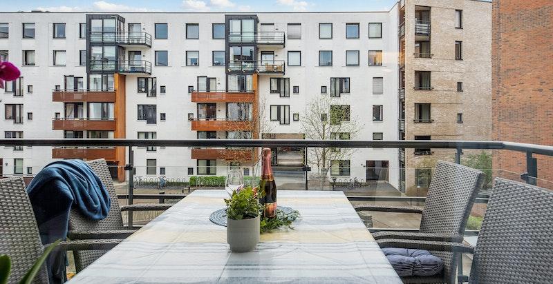 Sydvendt balkong med gode solforhold (ca. 10,5 m2)