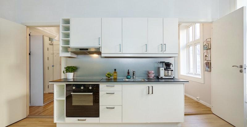Kjøkkenet er utstyrt med stekeovn, platetopp og oppvaskmaskin, samt frittstående kjøleskap/fryser.
