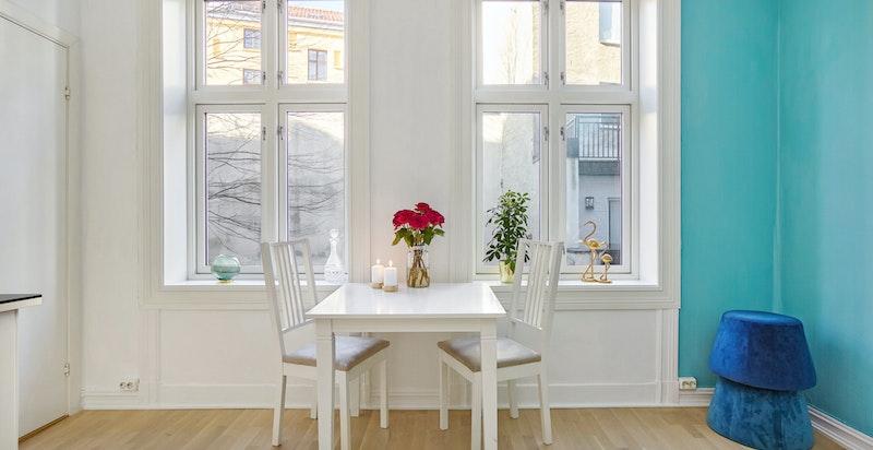 Stuen har en god takhøyde, samt store vindusflater som slipper inn godt med lys.
