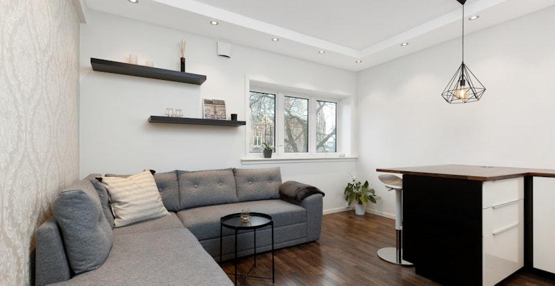 Åpen stue/kjøkkenløsning med god takhøyde på 2,7 meter