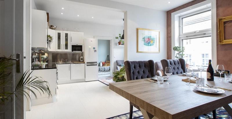 Stue med åpen kjøkkenløsning - et sosialt og hyggelig rom.