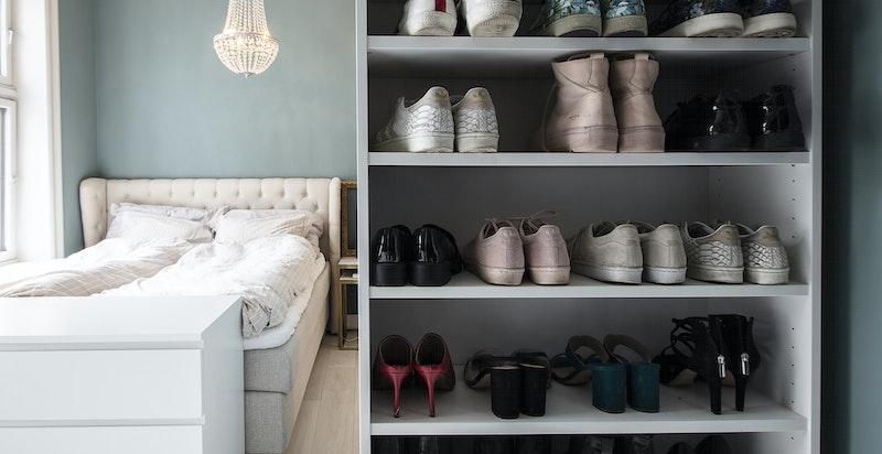 Det er rikelig med garderobeplass på hovedsoverommet, og i leiligheten for øvrig.