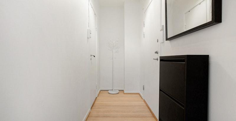 Hele leiligheten er nymalt og de originale tregulvene er nyslipte.