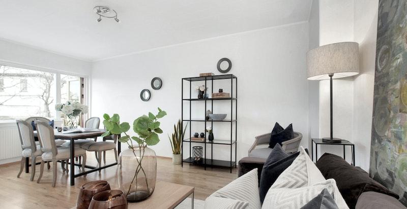 Lyst stue og kjøkken i vinkel