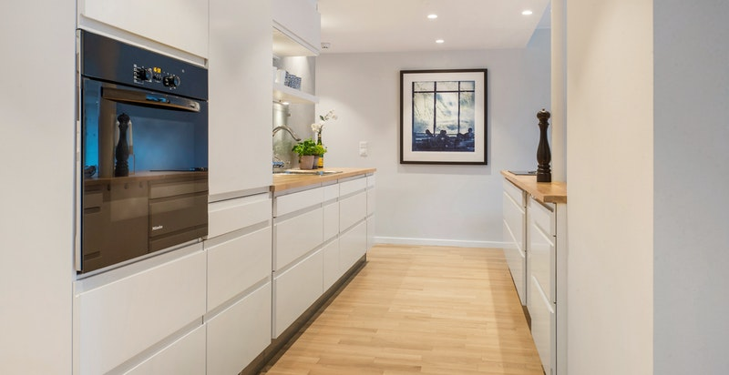 Integrerte hvitevarer på kjøkkenet - god skap- og benkeplass