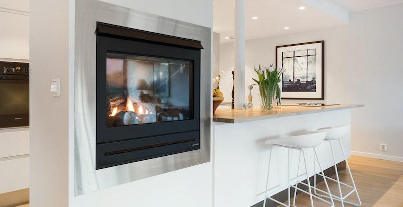 Lekker gasspeis fra Vision Line sentralt plassert mellom stue og kjøkken - denne varmer godt og skaper en hyggelig stemning