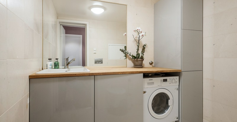 Tidl. gjestebad er ominnredet til vaskerom med wc (skapdør for vaskemaskin kan monteres)