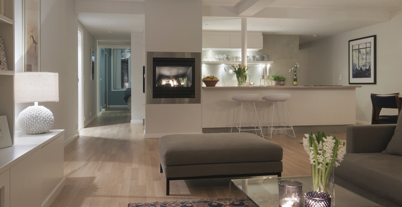 Det er montert ny belysning i stuen som sammen med gasspeisen sentralt i rommet skaper en rolig og behagelig atmosfære