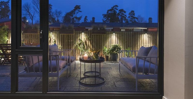 Store vindusflater fra gulv til tak ut mot det private uteområdet