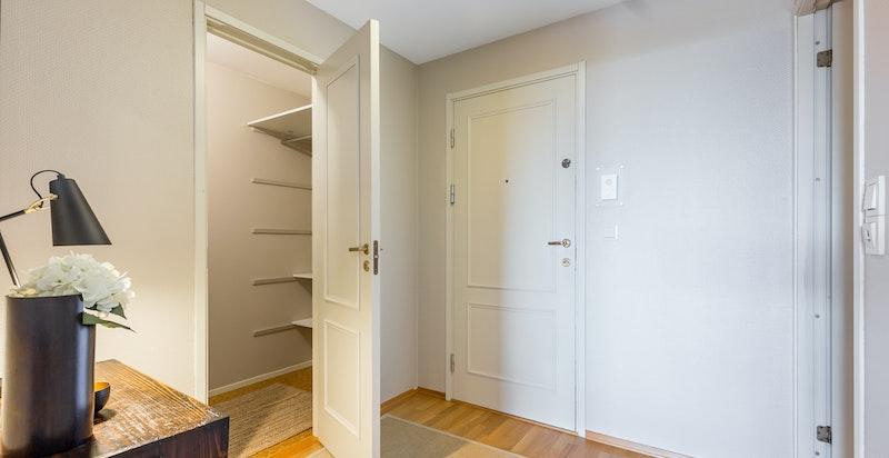 I entreen er det dør inn til et romslig garderoberom.