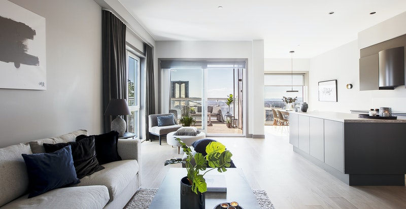 Stor og luftig stue med åpen kjøkkenløsning på ca. 44 m²