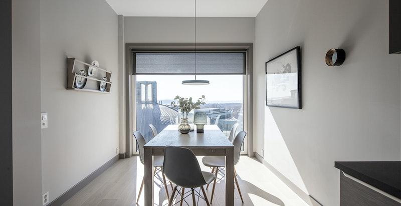 Spisestue i tilknytning til kjøkken, med stort vindu og fantastisk utsikt