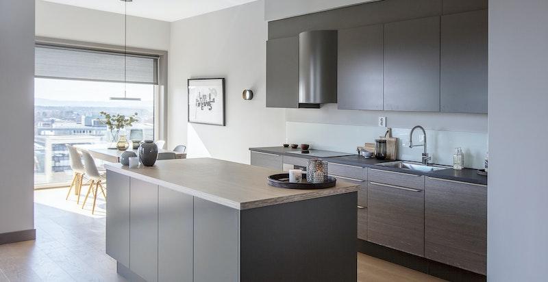 Kjøkkeninnredning fra HTH med glatte fronter både på under- og overskap