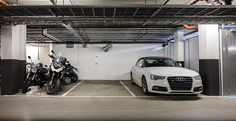 Garasjeplass i lukket garasjeanlegg medfølger