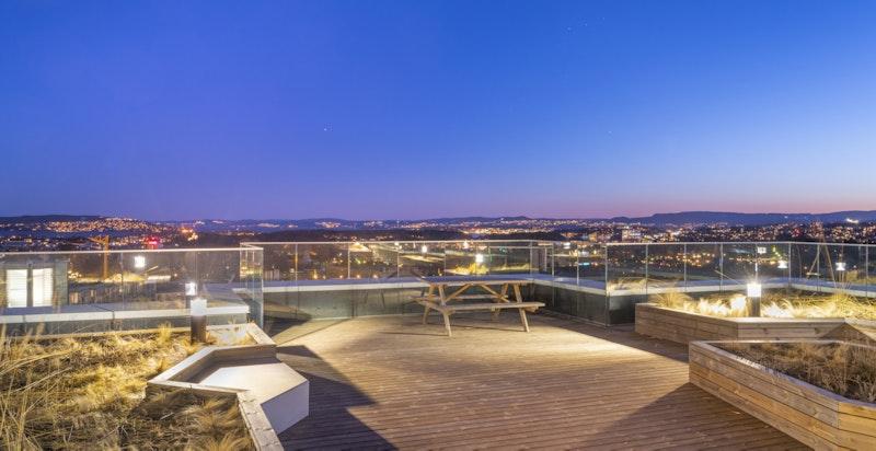 Storslått utsikt og gode solforhold på takterrassen i 11. etasje