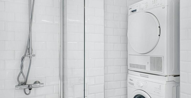 Nisje med oplegg for vaskesøyle