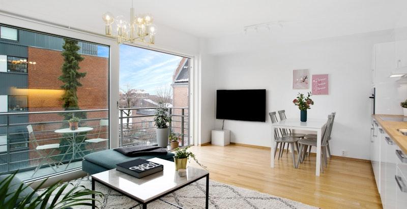 Lys, luftig stue med utgang til balkong