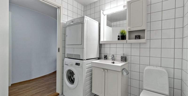 Toalett, servant med underskap og blandebatteri. Vaskemaskin og tørketrommel medfølger