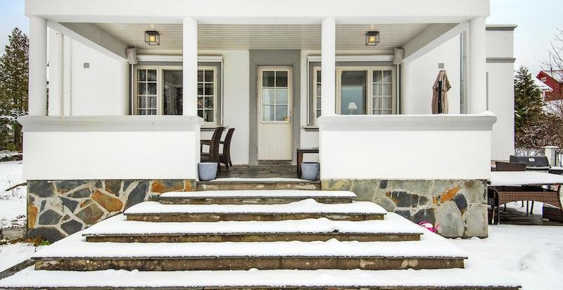 Utgang fra stue til overbygget terrasse