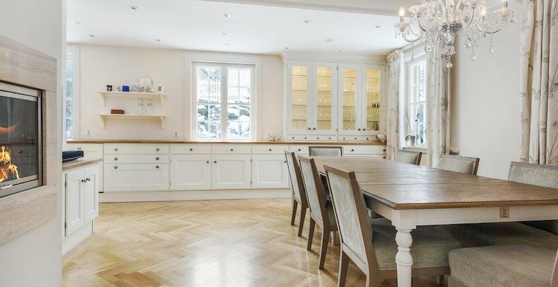Kjøkken med god plass til spiseplass