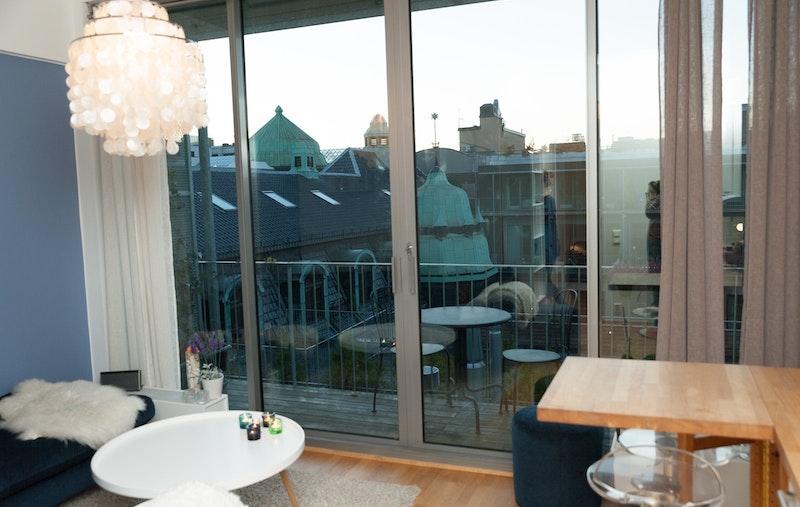 Nydelig utsikt fra stue/kjøkken fra store vinduer og fra balkongen!