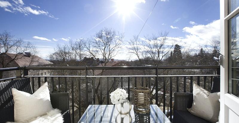 Solrik sydvendt balkong med utsikt