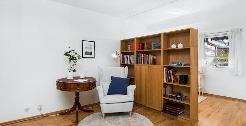 På soverommet er det etablert en liten kontorløsing med bokhylle som skillevegg