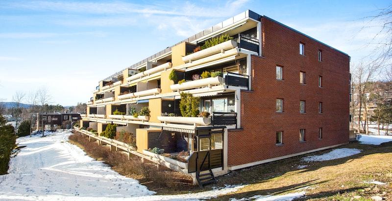 Blokken har en attraktiv beliggenhet på Åsjordet med pent utsyn og gode solfrhold