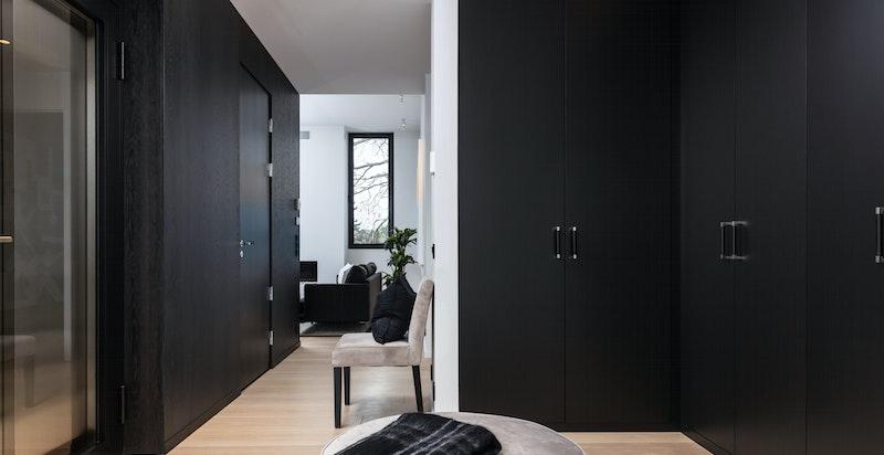 Hall/garderobe med adkomst til heis