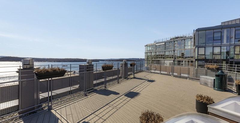 Felles takterrasse med nydelige sol- og utsiktsforhold kun én etasje opp fra leiligheten (heis)